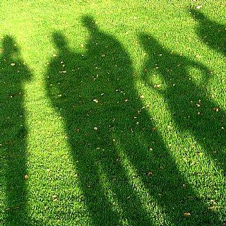 Schatten einer Gruppe © Rainer Sturm, pixelio.de